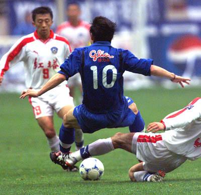 图文-申花2-0胜红塔 曲圣卿带球突破被绊倒