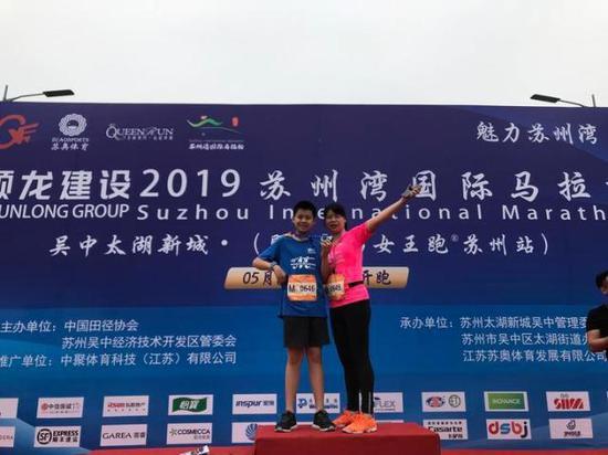 杭州体育班主任不得了 带全班学生和家长跑马拉松