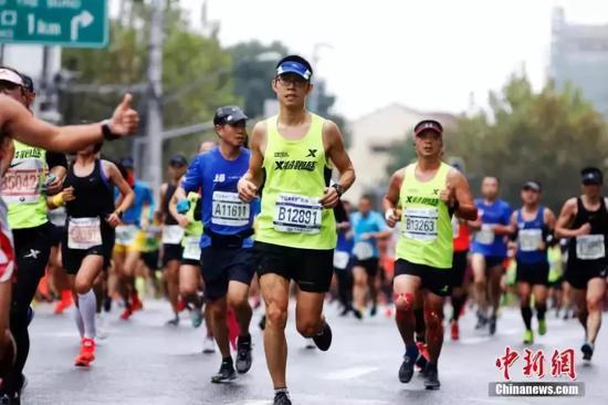 马拉松赛场秩序需要人们共同维护。 中新社记者 汤彦俊 摄