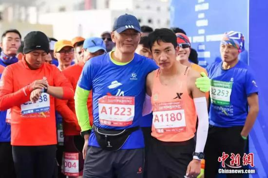马拉松赛需要每一个跑者承担更多。中新社记者 何蓬磊 摄