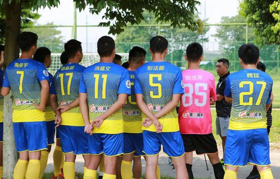 亚博足球-为何球衣不印中文名? 远距离不易辨识+无字体版权