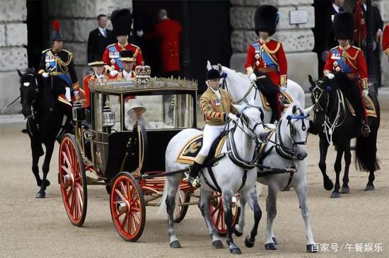 伊丽莎白女王生日乘豪华马车出行