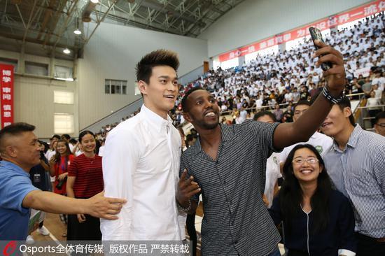孙杨和同学自拍。