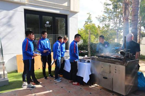 申花教练组用烤肉犒劳众将 登巴巴返回上海办事
