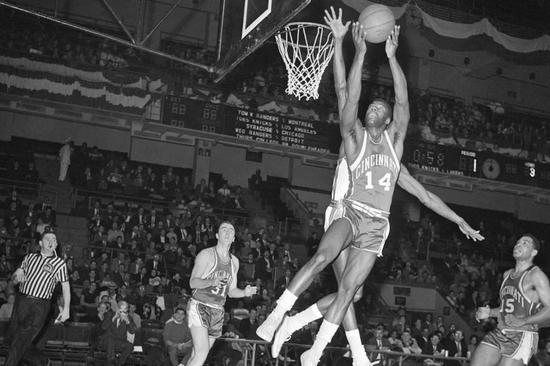 场均50分25篮板没有MVP?1962年有多疯狂!
