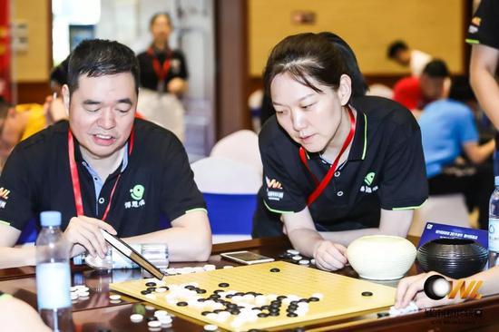 世界冠军马晓春(左)与队友研究棋局
