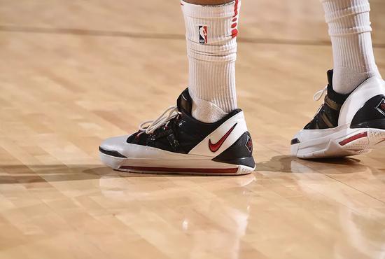 一个赛季上脚球鞋106双不带重样的!给鞋王跪了_NBA