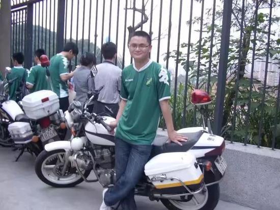 真爱!绿城球迷骑自行车赴客场只为见证球队冲超