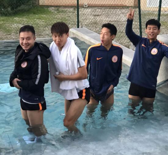 bob电竞:人和将士西班牙冬训欢乐多 训练后水疗成搞笑环节