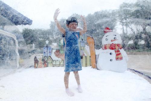 孩子在融创移动欢乐屋雪世界里玩的不亦乐乎