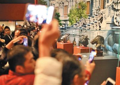 昨日,中国国家博物馆,观众在傍观马首铜像。拍照/新京报记者 浦峰