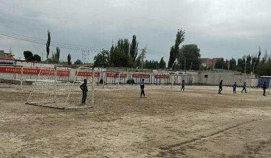 16個球門擺滿土操場 新疆校園足球著眼播種未來