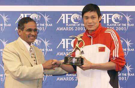 """维拉潘为范志毅颁奖""""亚洲足球先生""""。"""