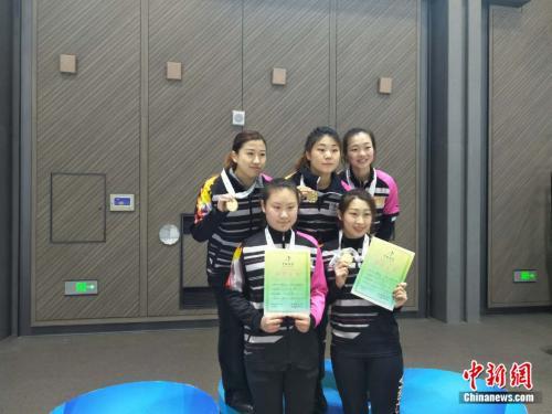 哈尔滨女四队队员站上了最高领奖台。邢蕊 摄
