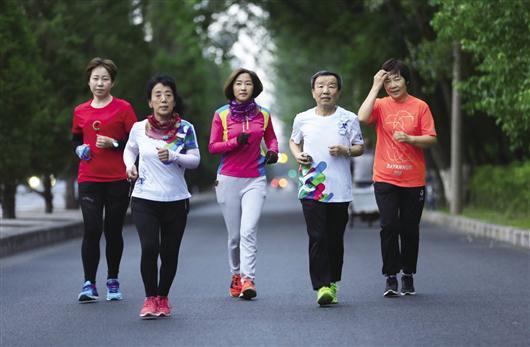 六旬老人携手跑20场马拉松 奖牌背后的故事更动人