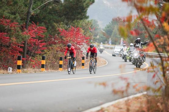 普通骑友享受在环法挑战赛营造的纯正环法骑行文化中