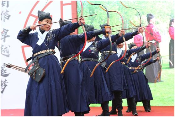 杨浦实验中学的学生进行射箭展示