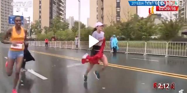视频  马拉松争议一幕!中国选手冲刺争冠,被志愿者递国旗干扰