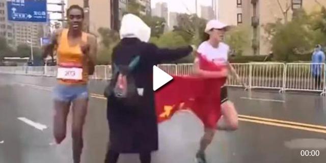 视频| 苏州马拉松争议 志愿者递国旗致选手丢冠