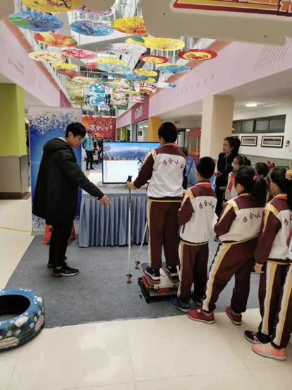 万全小学学生体验VR滑雪