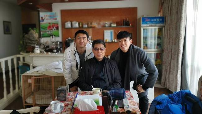 颜骏凌、朱峥嵘看望恩师