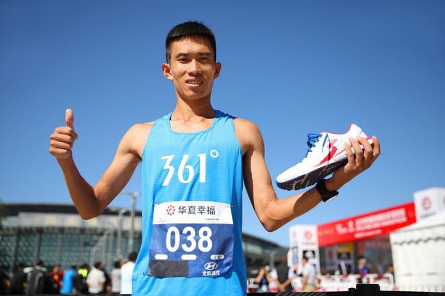 361°星耀跑者许王展示361°国际线专业跑鞋FEISU