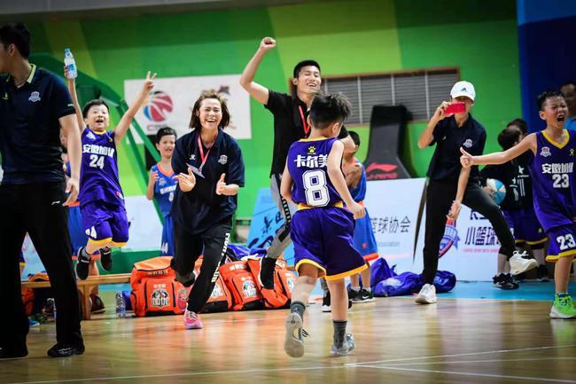 小篮球比赛现场,气氛不亚于职业联赛