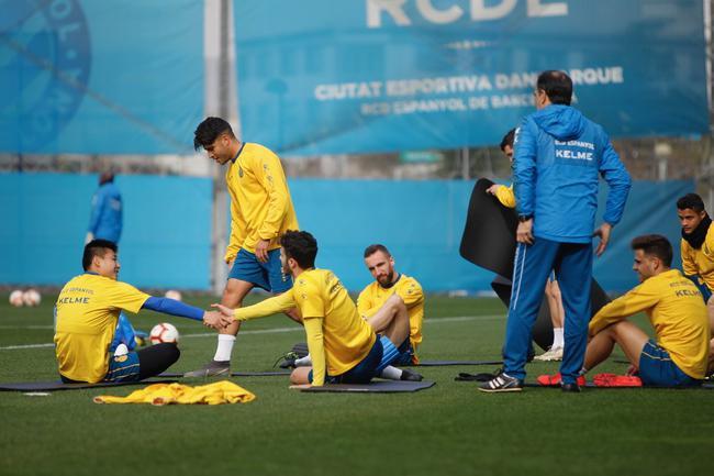 武磊训练课PK队友玩网式足球 这头球真有两下子