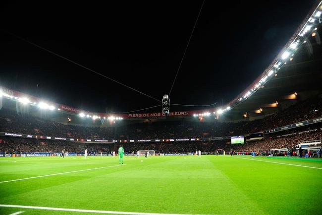曼联球迷欧冠赛后在巴黎庆祝 竟被歹徒用刀捅伤_亚博