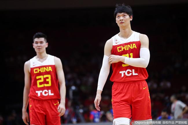 王哲林在比赛中一度受伤离场