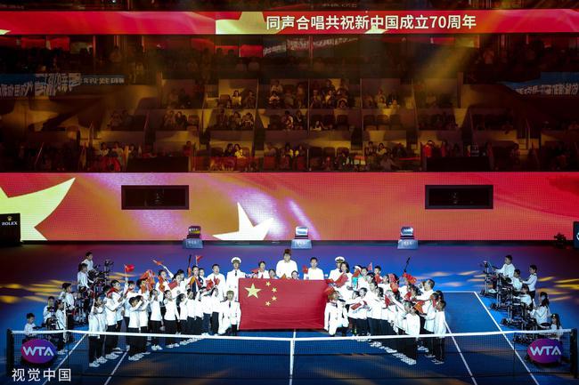 开幕仪式上全场近万名观众同声合唱歌曲《我和我的祖国》,向祖国深情献礼
