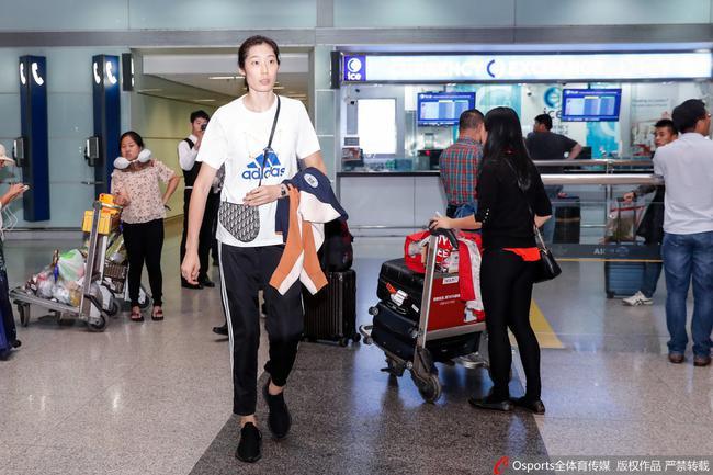 中國女排深夜包機回國 首次享受和國足相等待遇