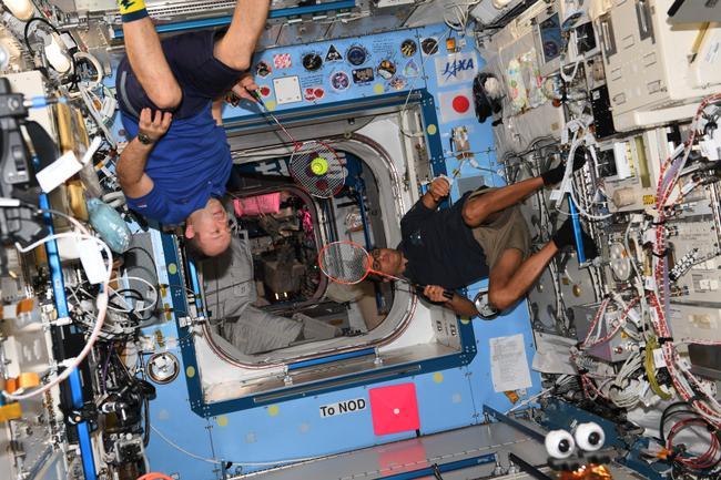 宇航员在太空打羽毛球