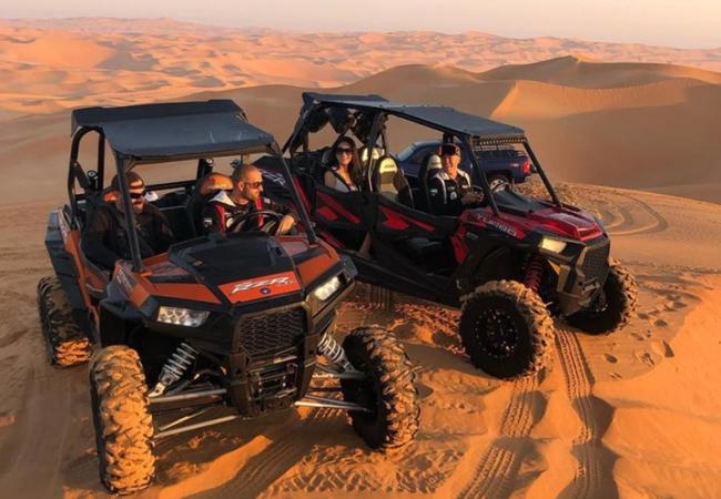 """多仁特与斯塔克两人在沙漠里玩起了""""冲沙"""",享受大漠风情"""