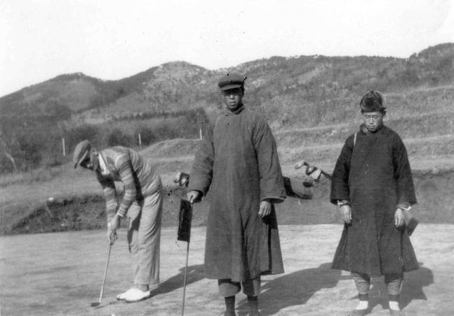 20年代刘公岛球场打球的外国人和球童