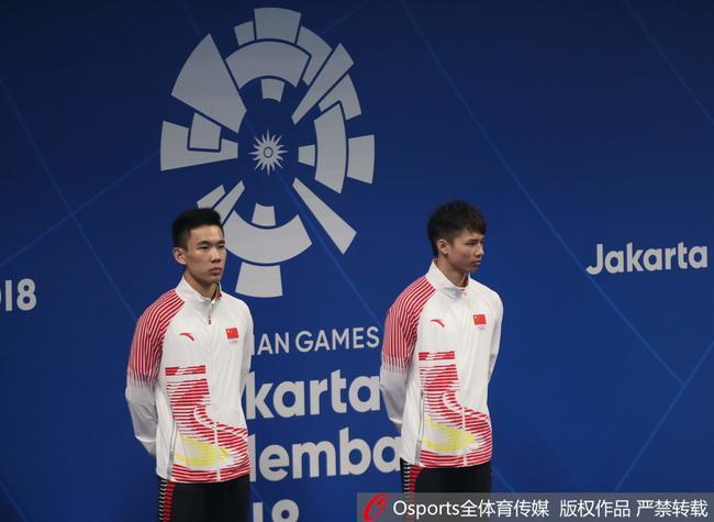 陈艾森(右)和搭档杨昊在颁奖仪式中