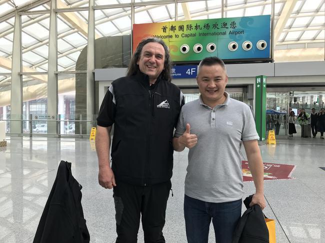 刘刚在机场接机尼古拉