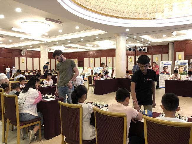 外国棋手与中国爱好者对弈