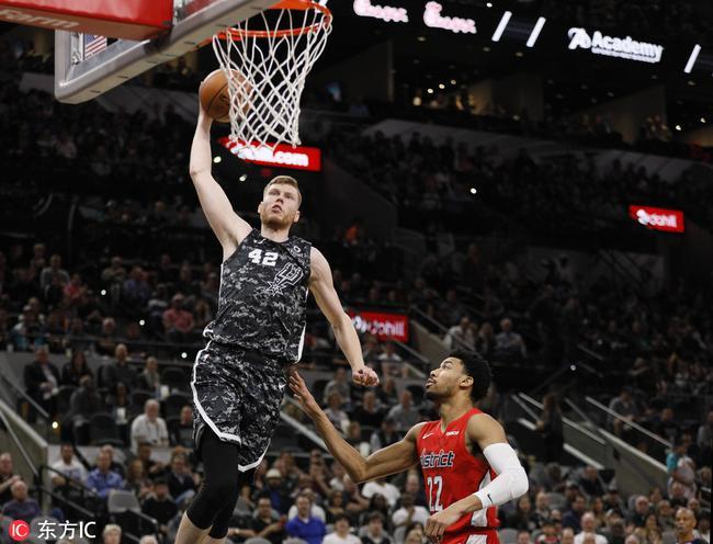 哈哈哈哈哈哈!NBA史上最囧的空接传球诞生-gif