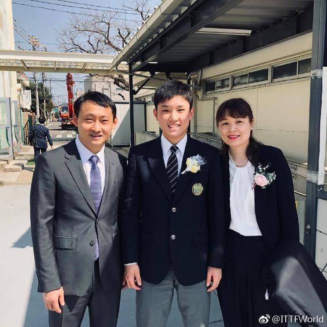 张本智和父母出席初中毕业典礼