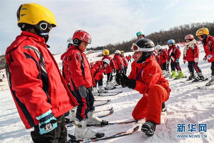 俄罗斯姑娘来中国教滑雪 短时间中文已有模有样