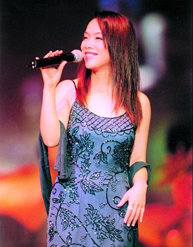 高唱 中国之队 队歌 歌星陈明全情投入