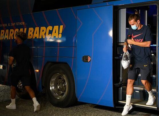 """巴萨酒店门口遭球迷怒骂""""无赖"""" 梅西低头致歉"""