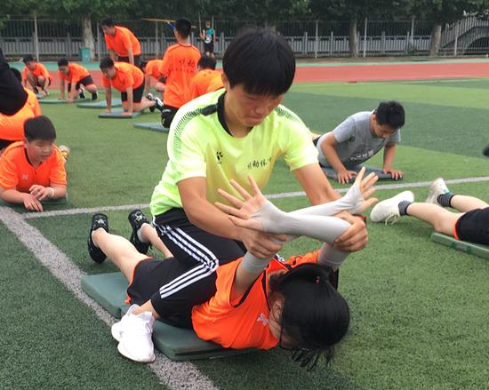 刘雪在给学生做训练。刘雪供图