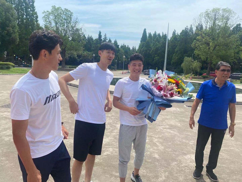 王燊超、颜骏凌、武磊(从左至右)看望恩师徐根宝。