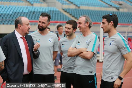贝尼特斯带来了自己的教练团队和青训执教理念。