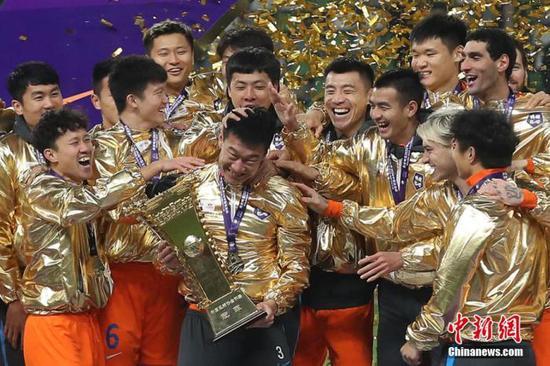 2020年12月19日,2020赛季中国足协杯决赛在江苏省苏州市举行,经过激烈角逐,山东鲁能泰山队以2比0战胜江苏队,夺得冠军。图为山东鲁能泰山队球员在颁奖仪式上捧杯庆祝。泱波 摄