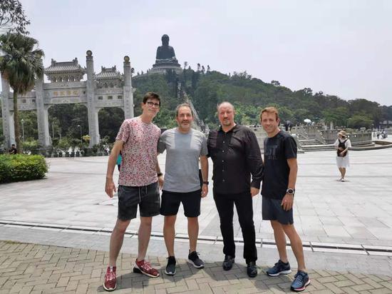 贝尼特斯(右二)非常喜爱中国文化。