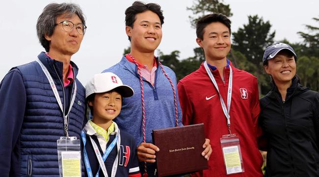 吴璧源(左三)和家人,吴璧源在2019美国公开赛期间领取斯坦福大学学位(图/吴璧源提供)