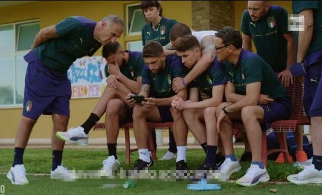 【意大利】埃里克森倒下时意大利队正看直播 1人被带开1人不敢看